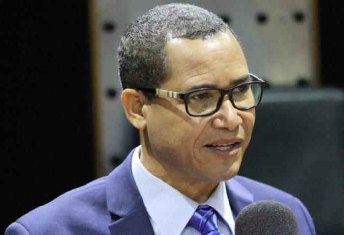 Eddy Olivares toma licencia en el PRM para presidir la JCE